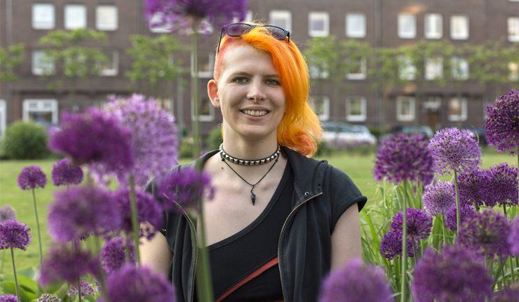 Lara Portrait mit Blumen