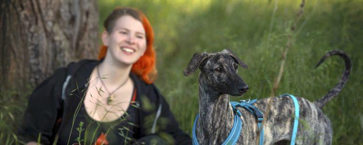 Sarai und Lara im Grünen